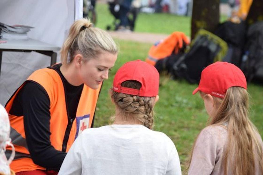 En frivillig fra Røde Kors. (Foto: Hedvig Kolboholen)