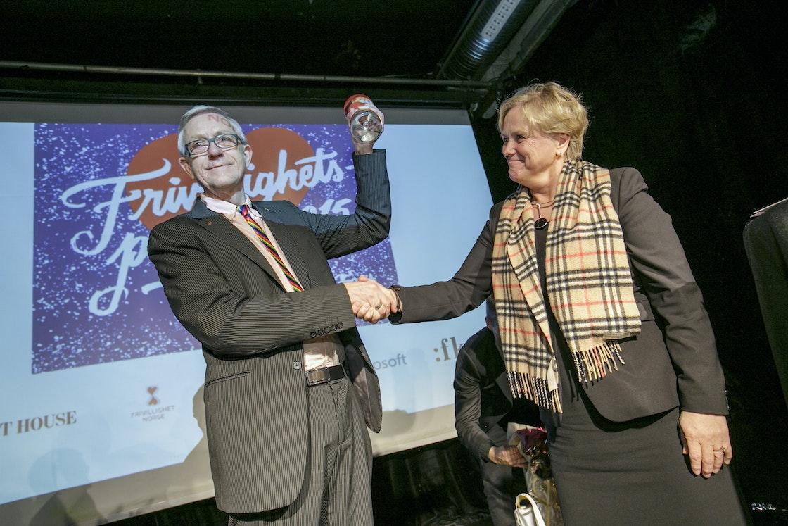 Vinner av Frivillighetsprisen 2015 Aasmund Robert Vik og kulturminister Thorhild Widvey.