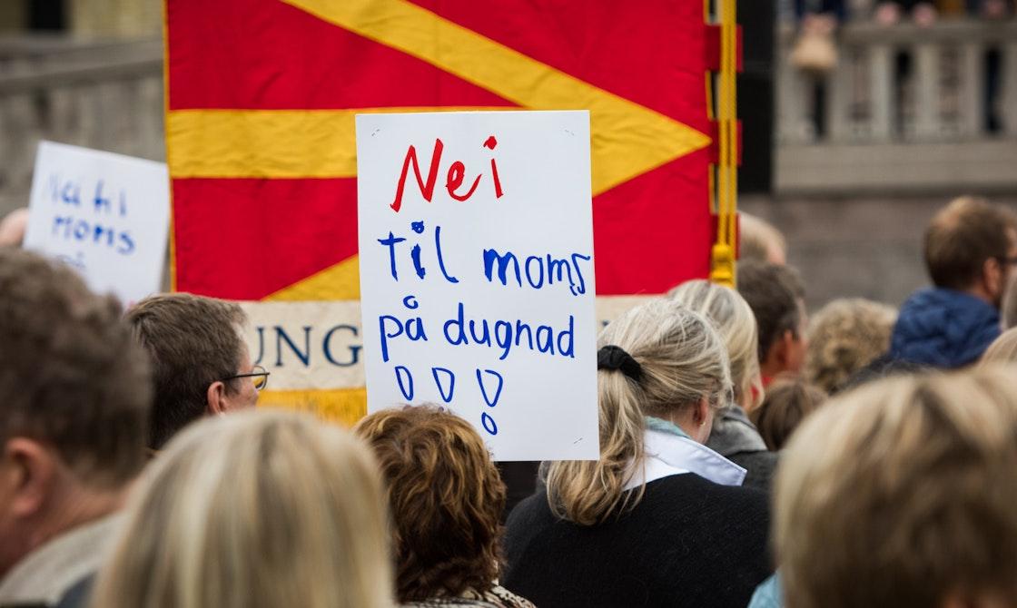 """Demonstrasjonsplakat med """"Nei til moms på dugnad"""""""