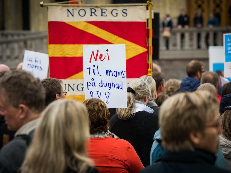 Demonstrasjon for full momskompensasjon utenfor Stortinget.