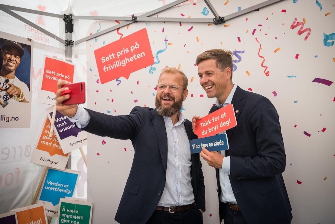 Heikki Eidsvoll Holmås og Knut Arild Hareide tar selfie