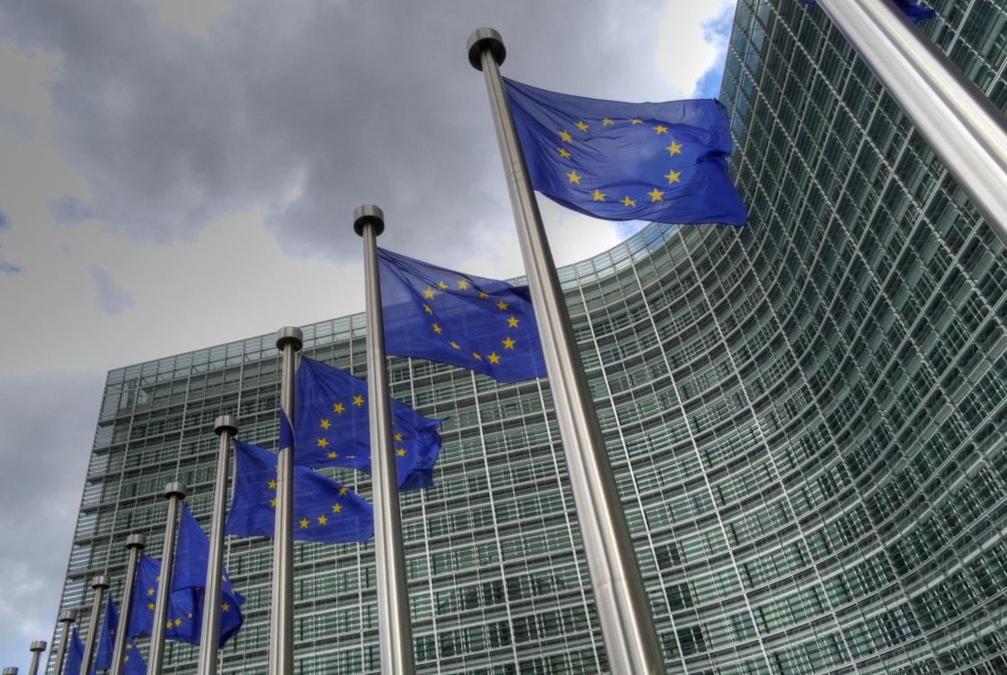 Kontorbygningen til Europakommisjonen med EU-flagg foran
