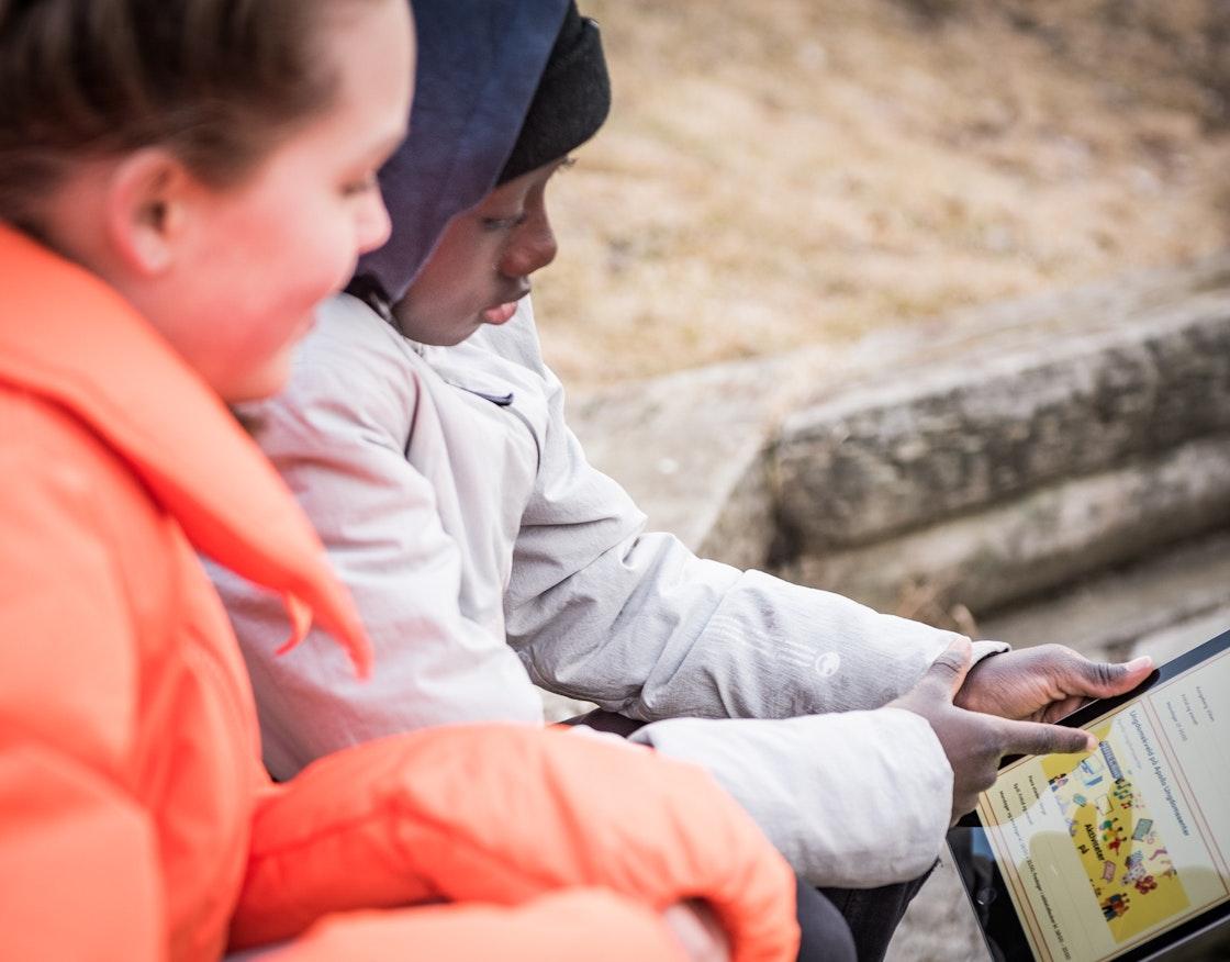 To barn som ser på Ungfritid.no på en iPad