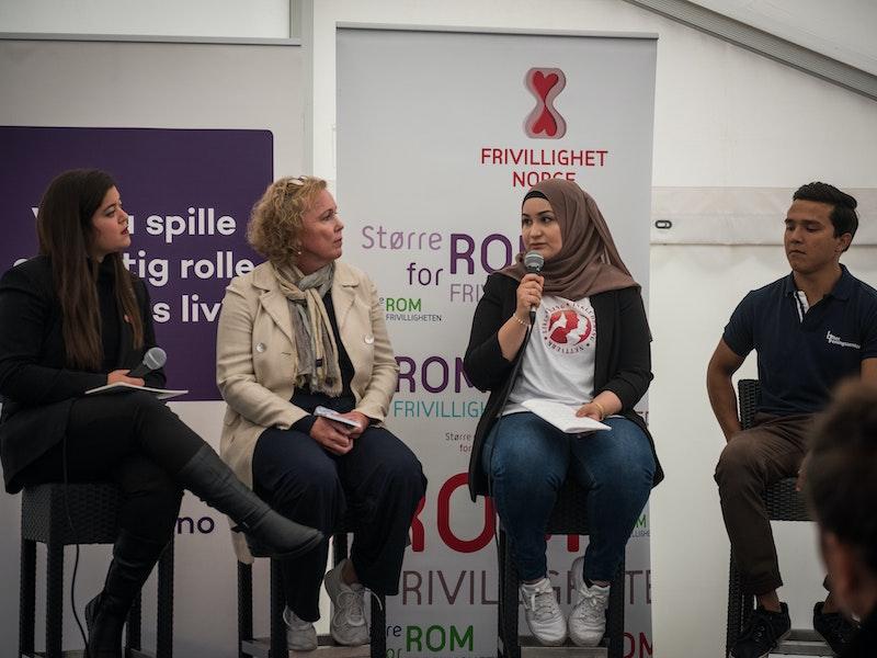 Et debattpanel med fire deltakere