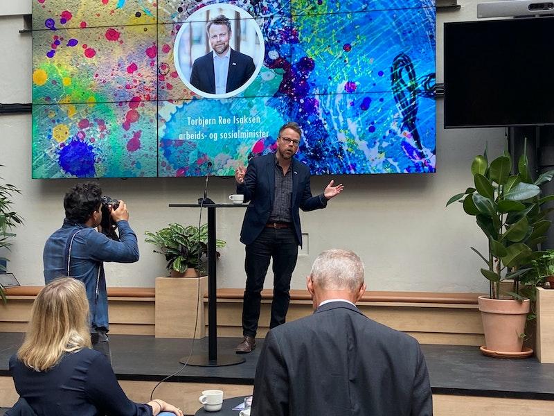 Arbeids- og sosialminister Torbjørn Røe Isaksen presenterer strategien.