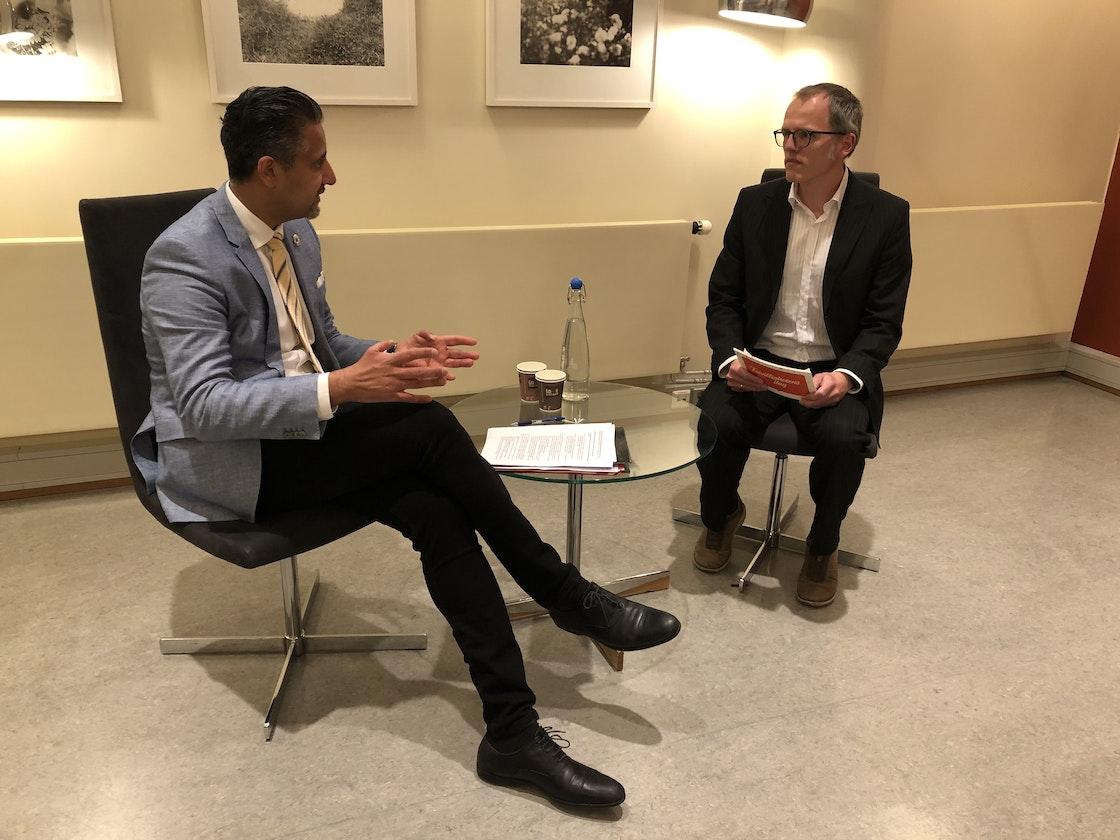 Kulturminister Abid Raja i samtale med generalsekretær Stian Slotterøy Johnsen