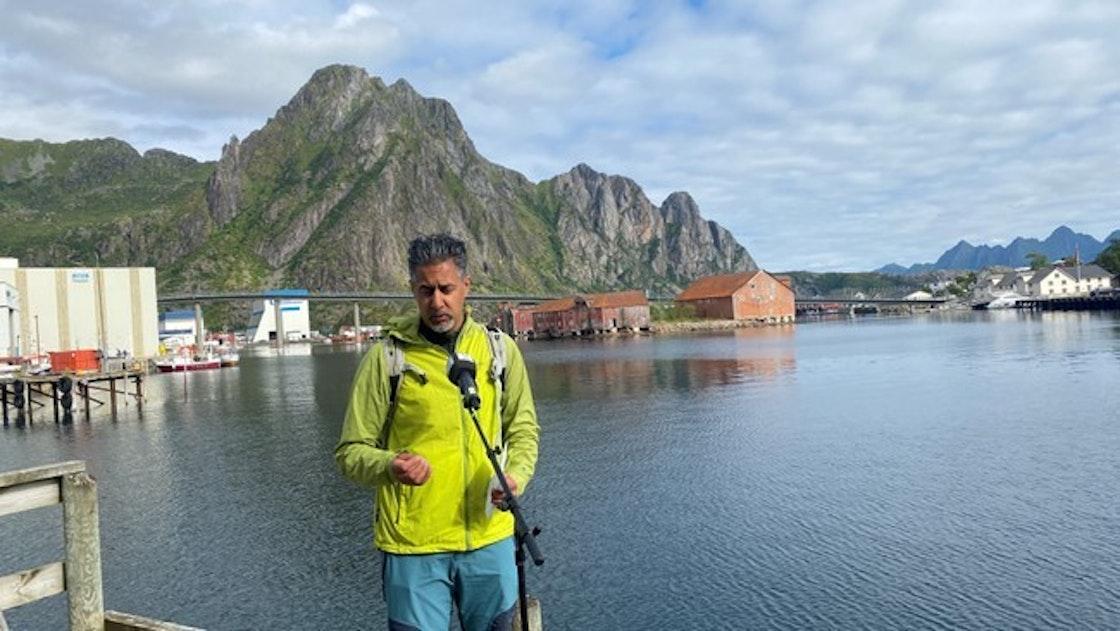 Mann foran fjord og fjell