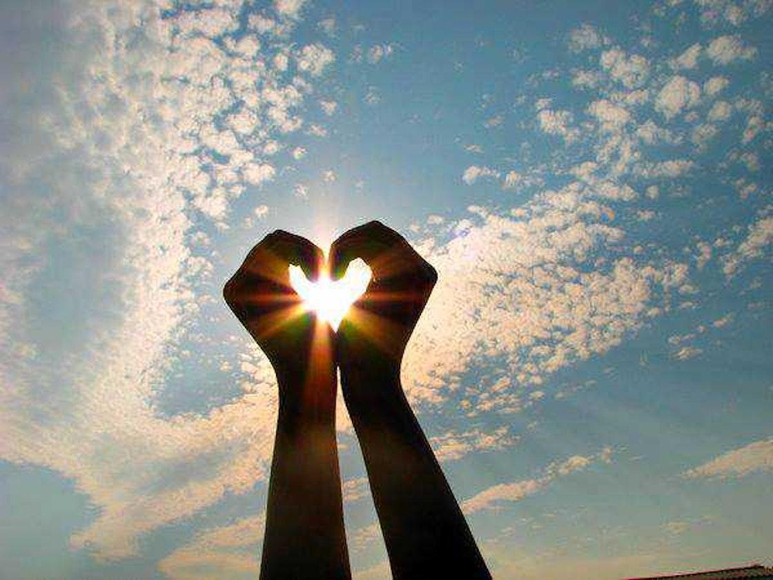 To hender som lager et hjerte
