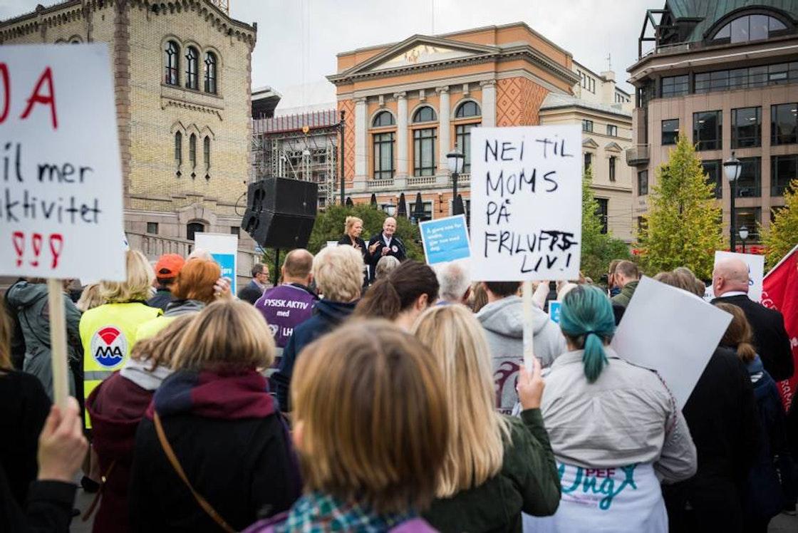 Folkemengde foran Stortinget. plakater blant annet med påskrift: Nei til moms på friluftsliv