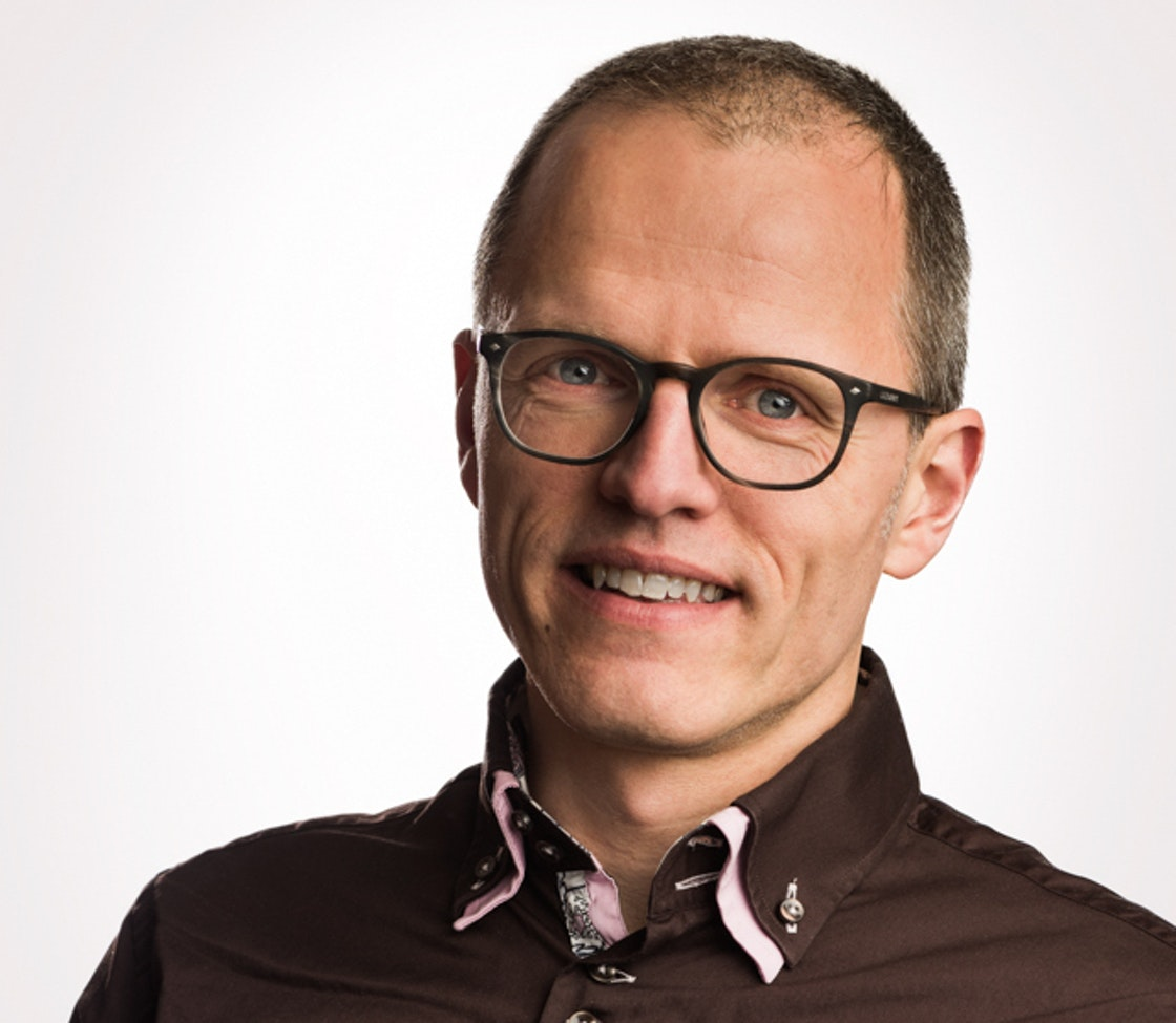 Bilde av Generalsekretær i Frivillighet Norge, Stian Slotterøy Johnsen. smilende mann med briller.